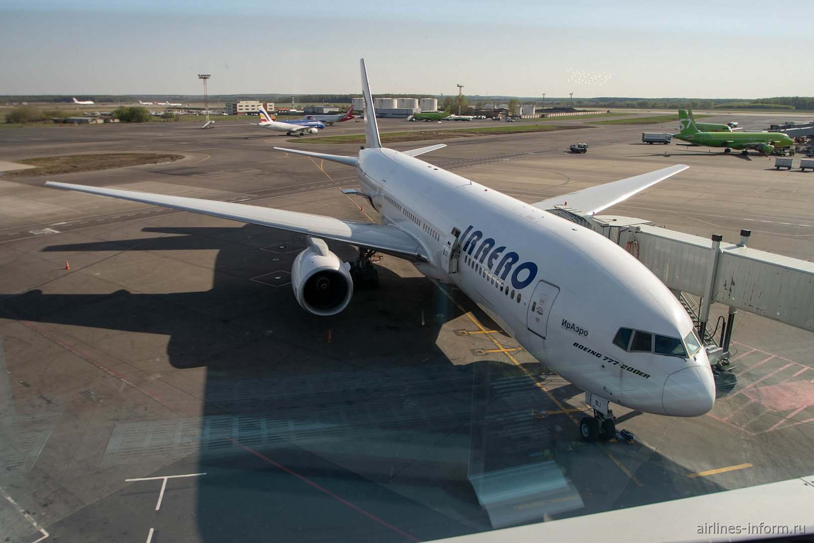 "Боинг-777-200 VP-BLI авиакомпании ""ИрАэро"" в аэропорту Москва Домодедово"