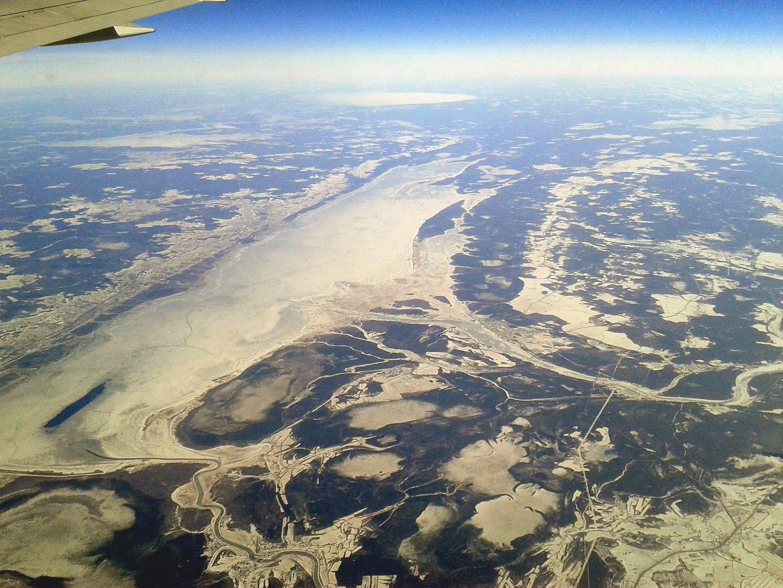 Вологодская область, озеро Кубенское. В середине в него впадает Кубена, внизу - Сухона. Вдали видно озеро Белое.
