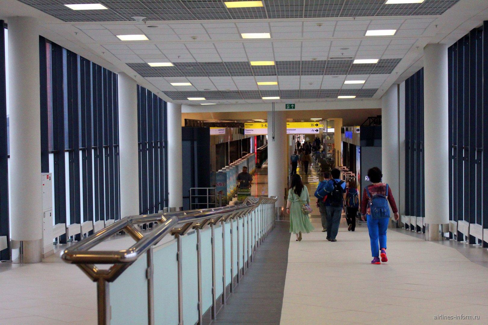 Переход из терминала Е в терминал D в чистой зоне аэропорта Шереметьево
