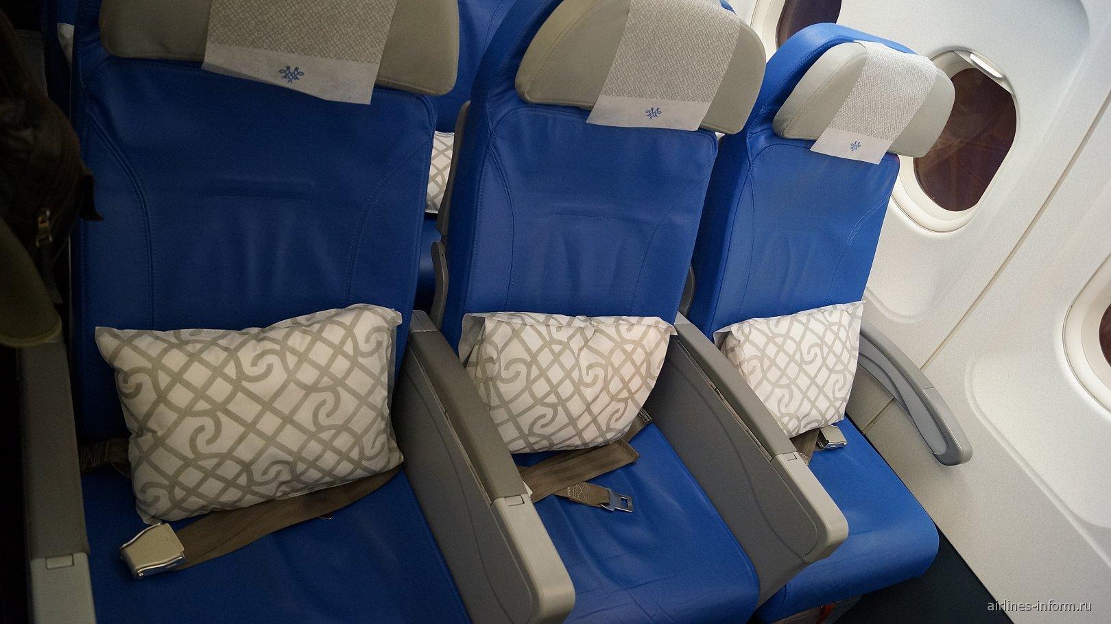 Кресла эконом-класса в самолете Airbus A320 авиакомпании Air Serbia