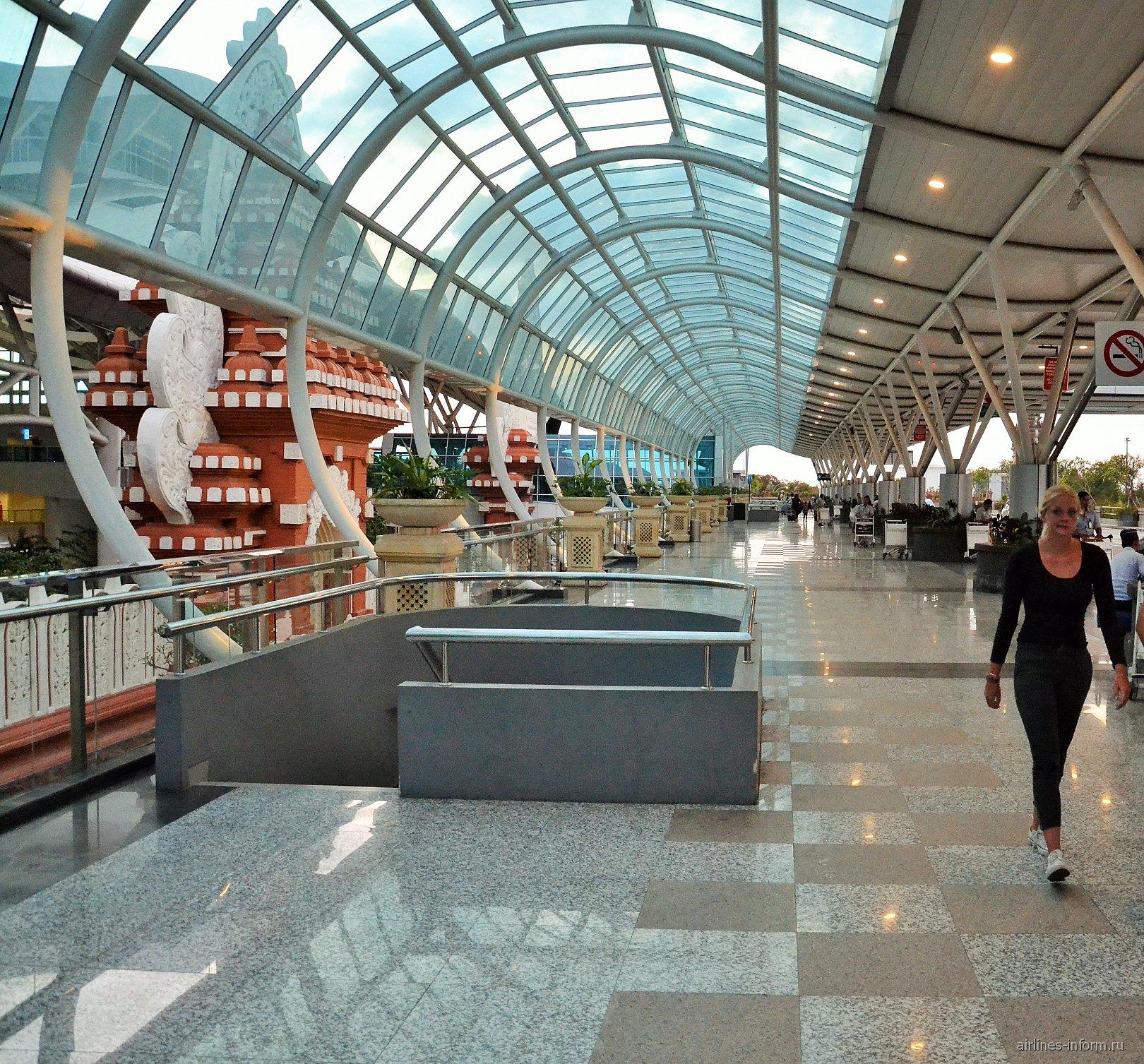 В аэропорту Денпасар Нгура Рай
