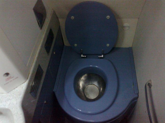 Туалет самолета Як-42 авиакомпании Газпромавиа