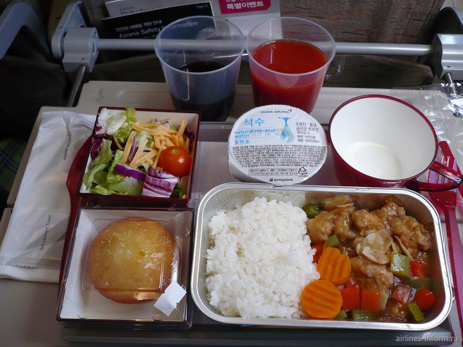 Из горячего было предложено: рис с курицей (сто я и выбрал) и начиональная ким-чи с рисом и прочими корейскими