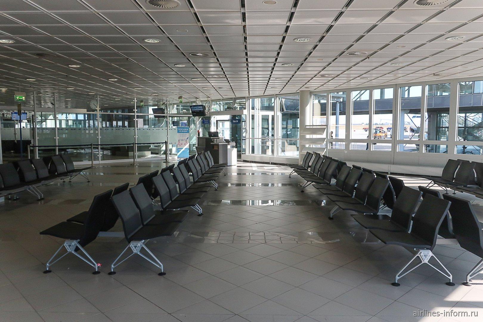 Накопитель перед выходом на посадку в аэропорту Лейпцига