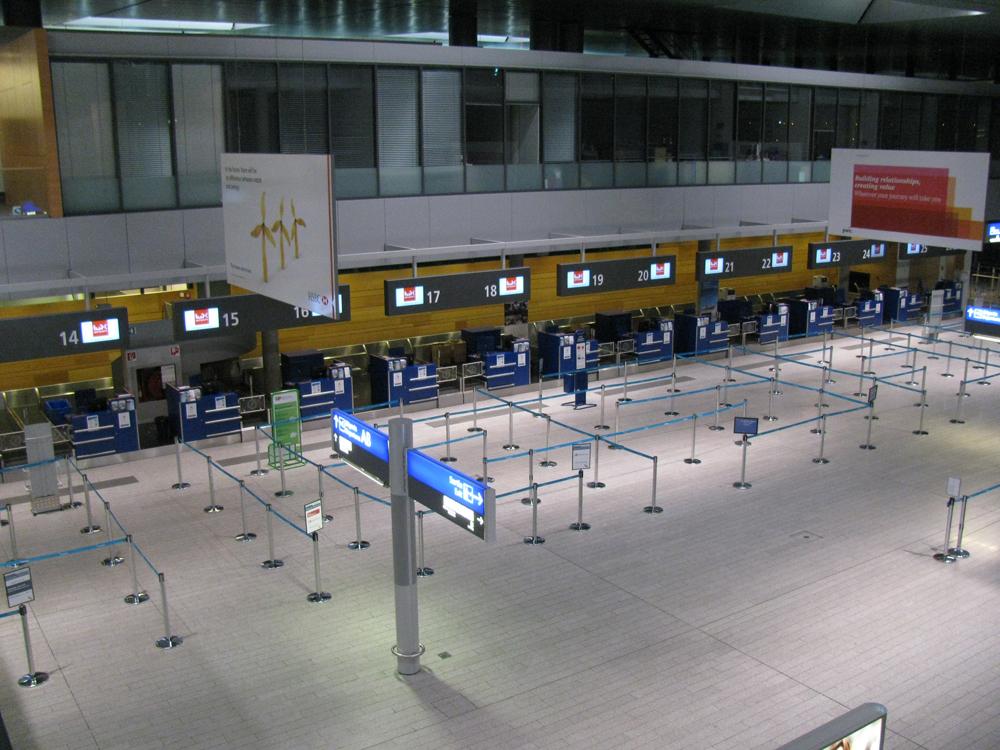 Зал вылета со стойками регистрации в аэропорту Люксембурга
