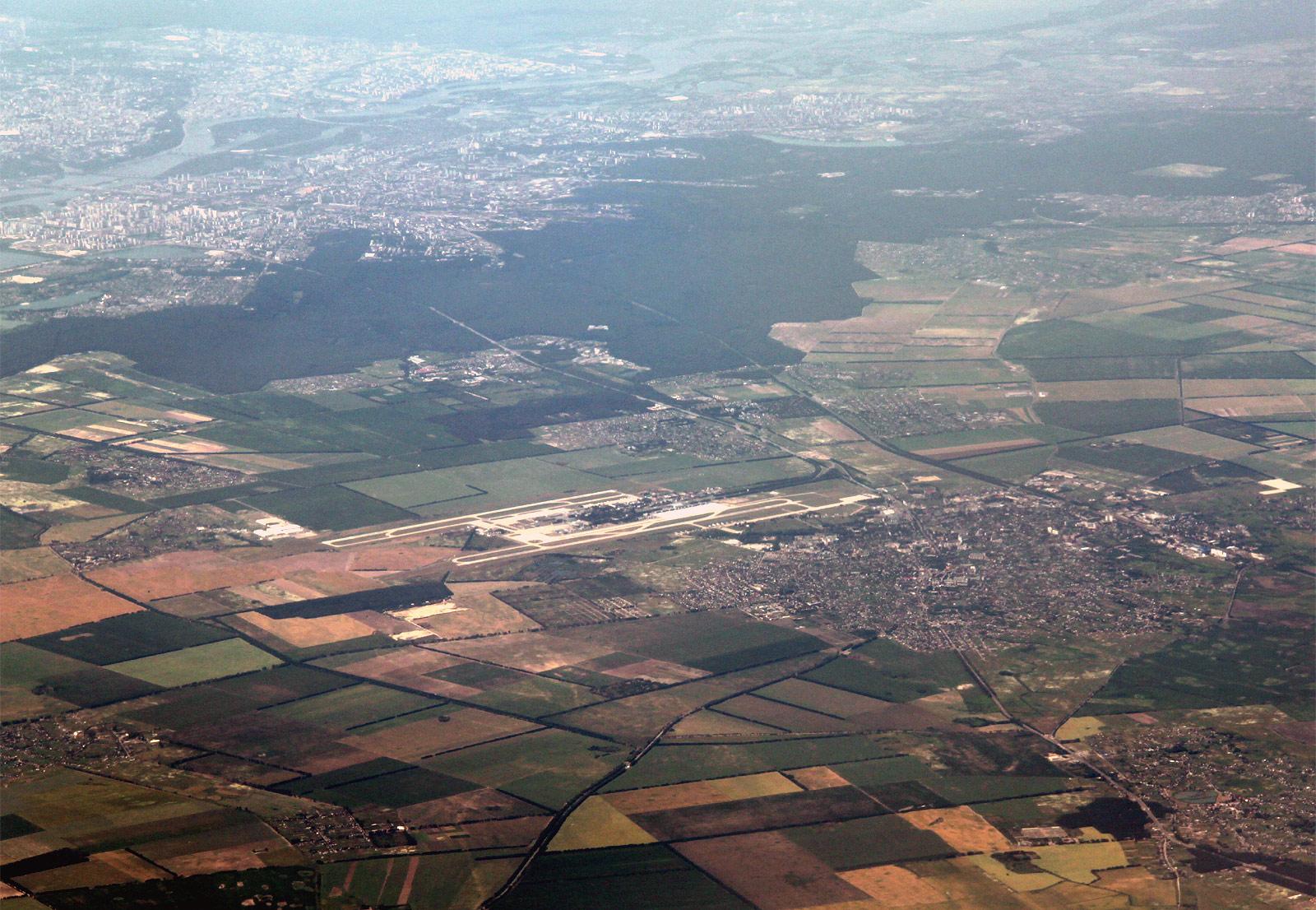 Аэропорт Борисполь и вдали город Киев