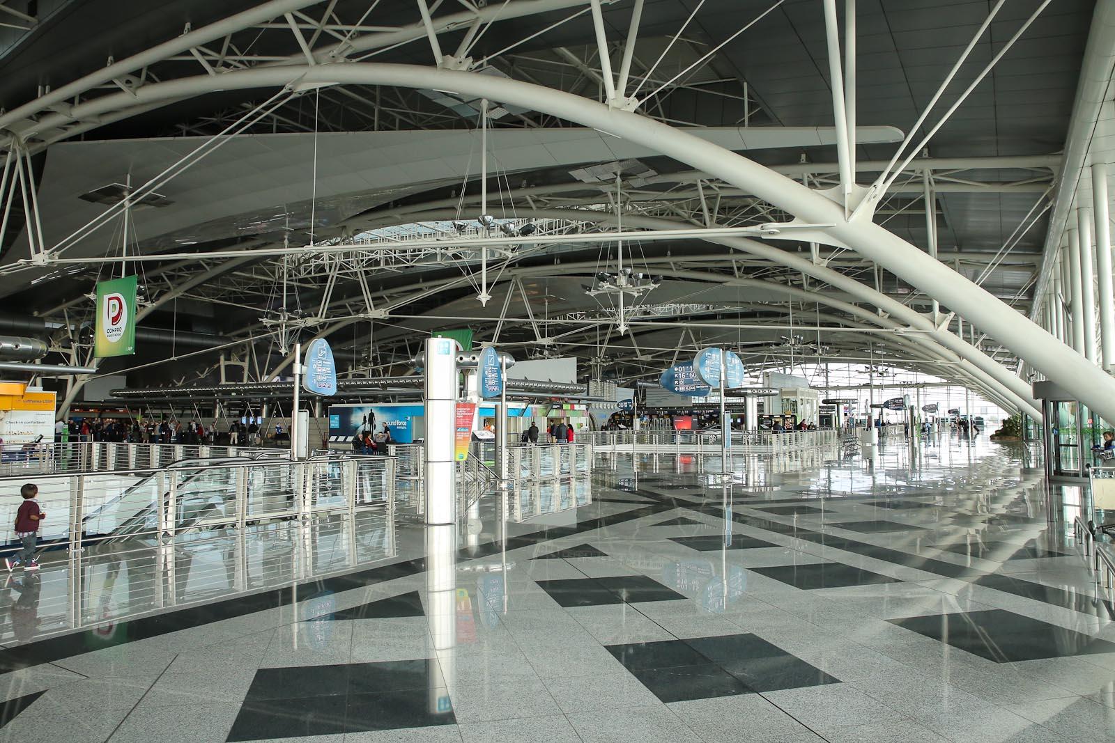 Зал регистрации на рейсы на втором этаже терминала аэропорта Порту