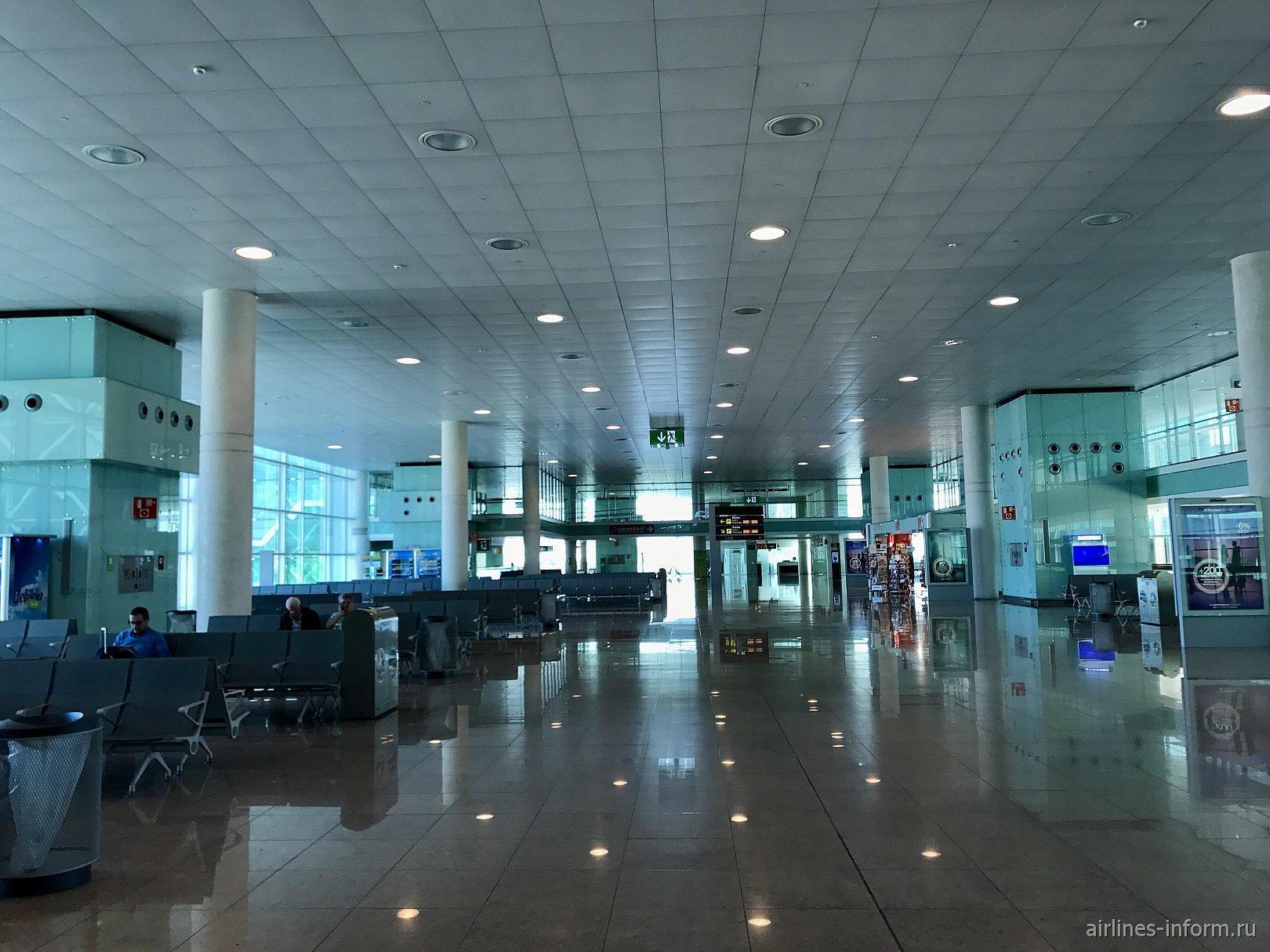 Зона ожидания в чистой зоне аэропорта Барселоны