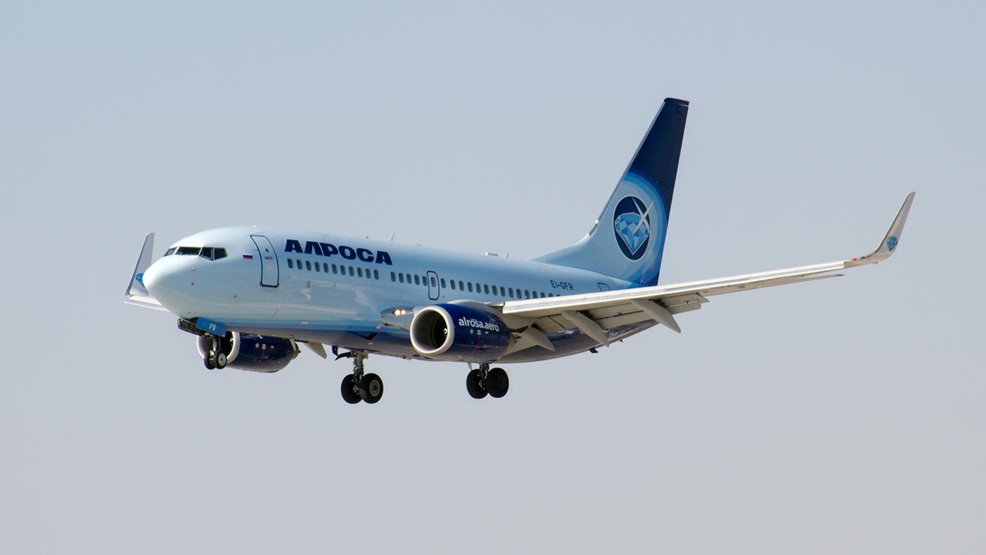 """Боинг-737-700 EI-GFR авиакомпании """"Алроса"""" садится в аэропорту Иркутск"""