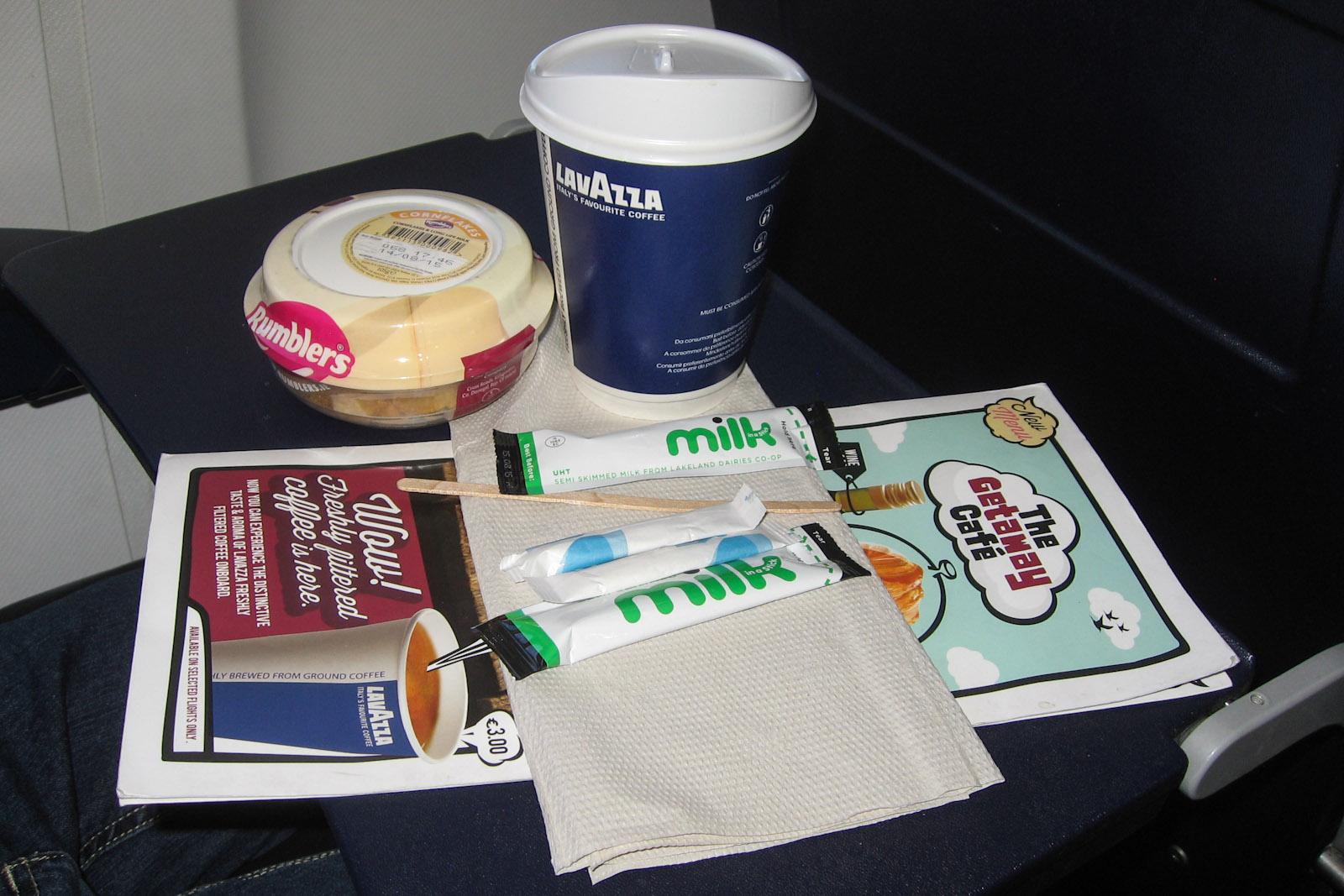 Кофе и хлопья - платное питание на рейсе авиакомпании Ryaniar