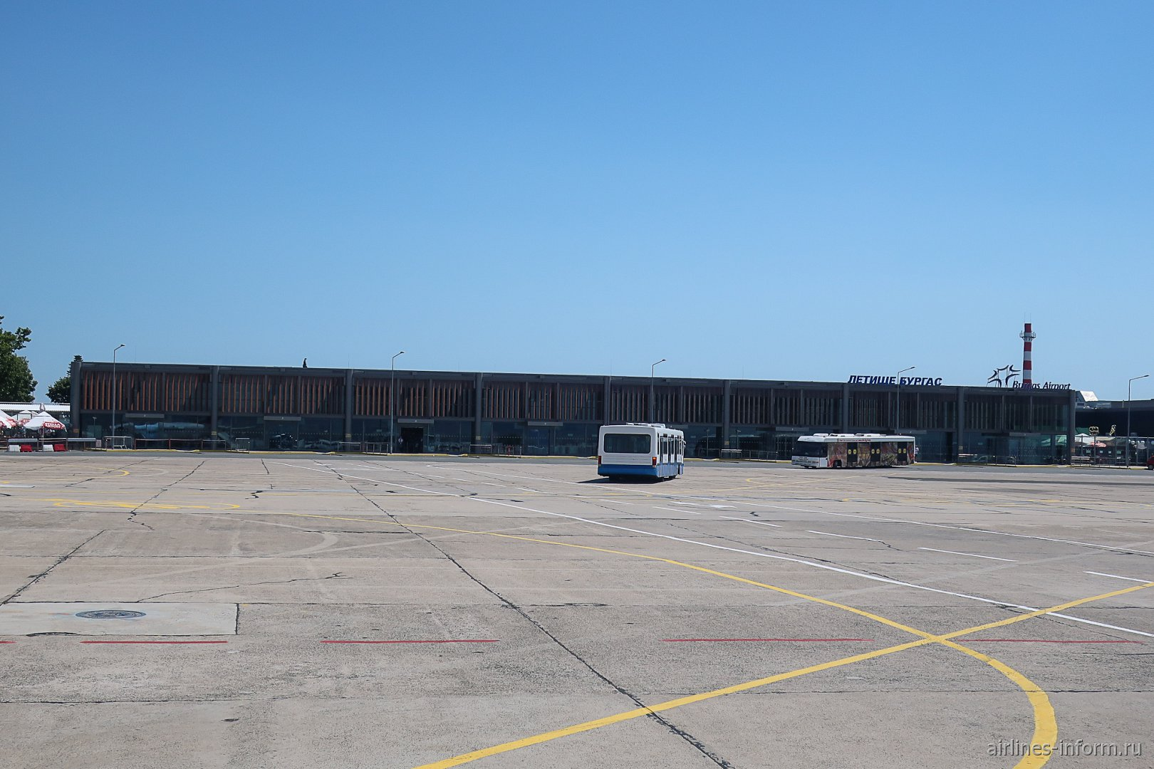 Вид с перрона на пассажирский терминал аэропорта Бургас
