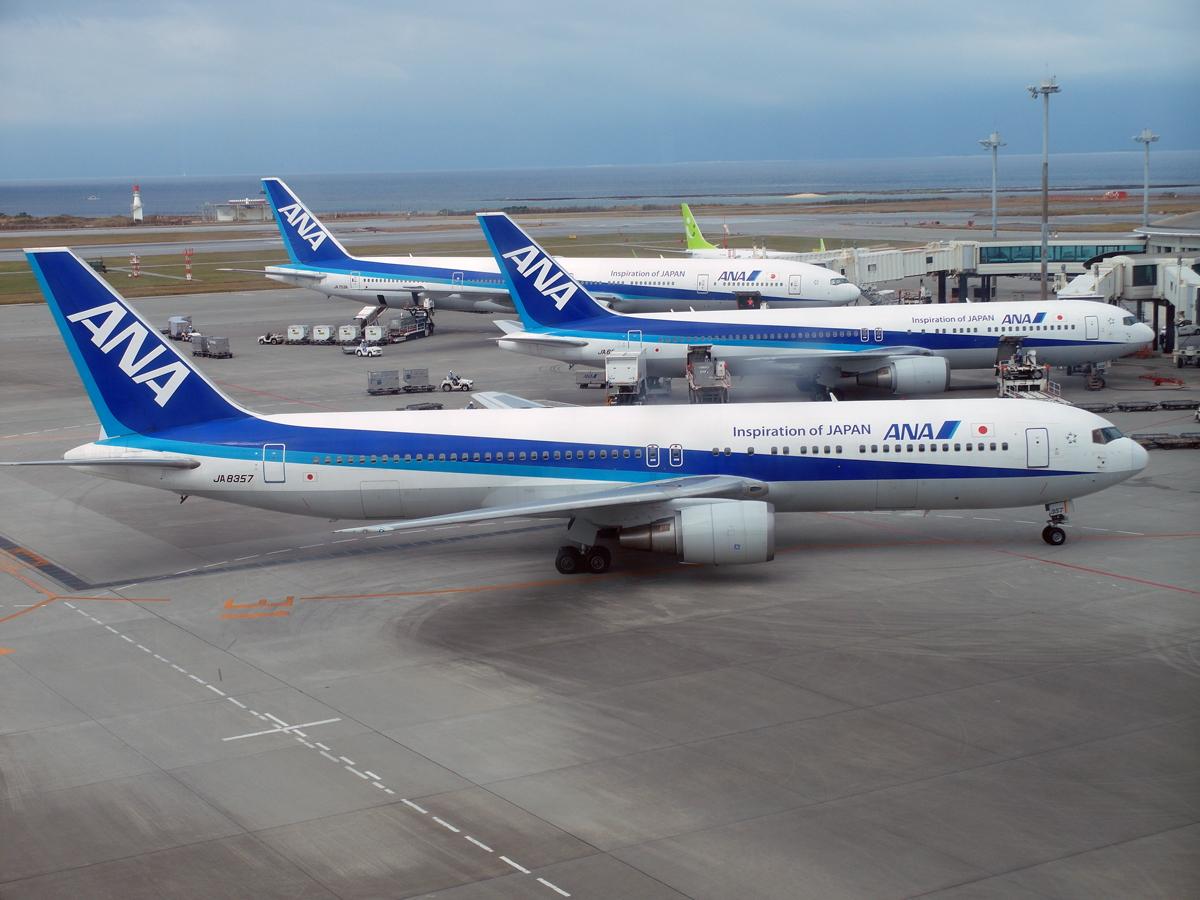 Самолеты авиакомпании ANA в аэропорту Наха. На переднем плане Боинг-767-300 JA8357.