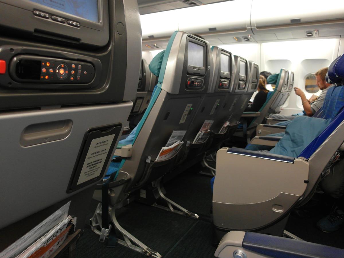 Салон самолета Airbus A340-300 авиакомпании Cathay Pacific