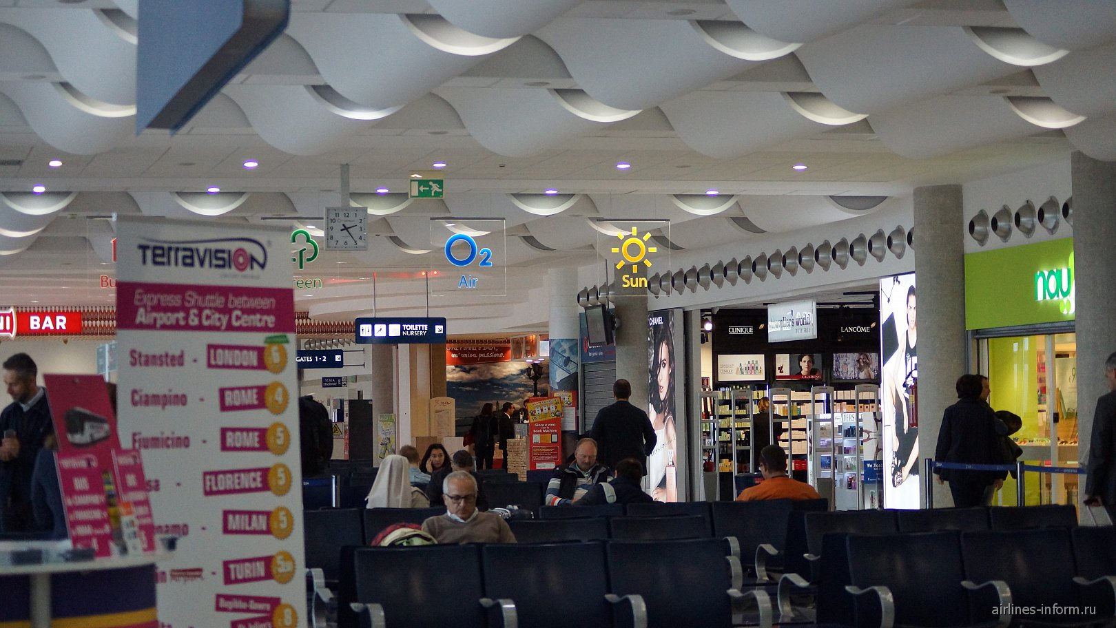 Зал ожидания в чистой зоне аэропорта Бари имени Кароля Войтылы