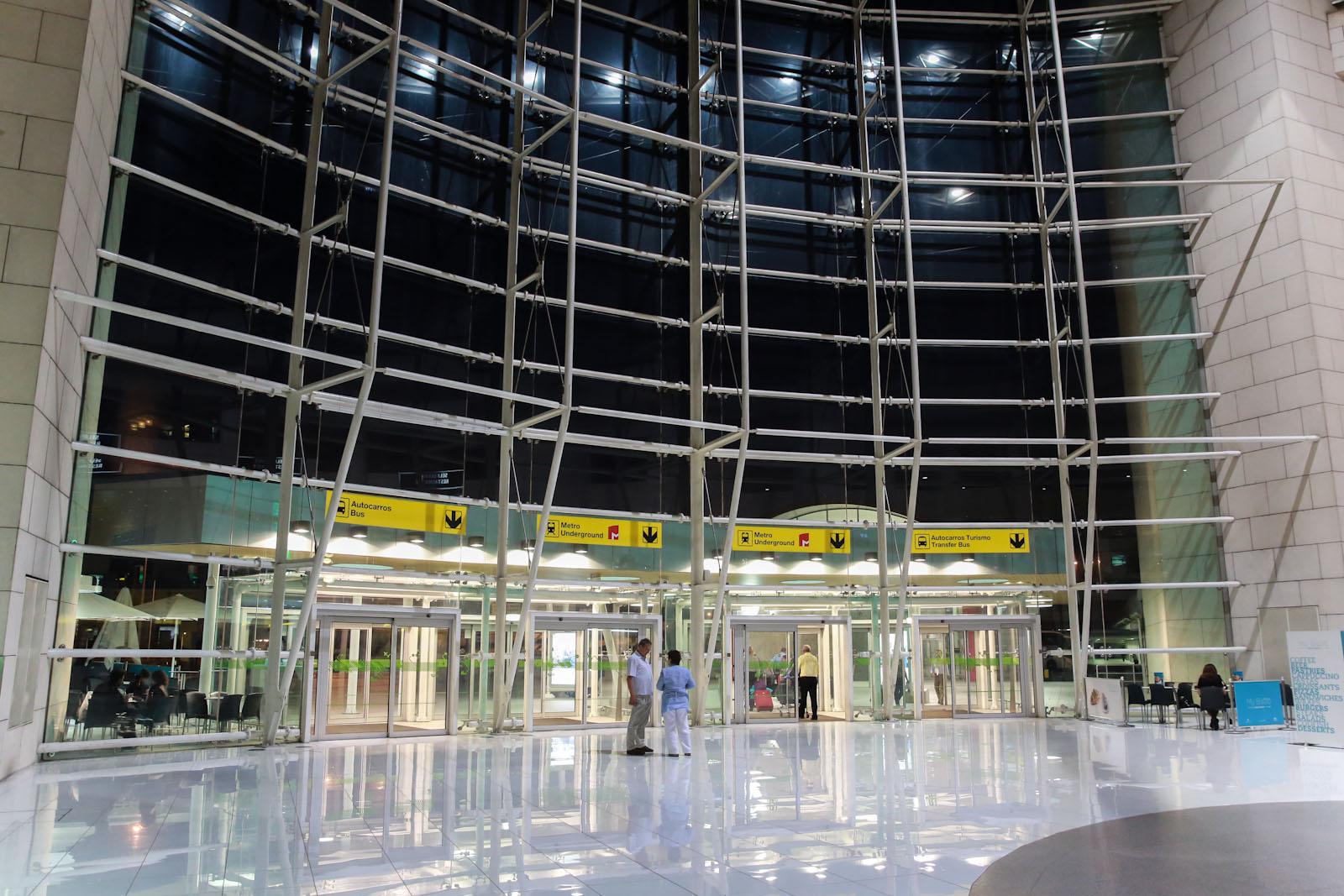 Вход в терминал 1 аэропорта Лиссабон Портела