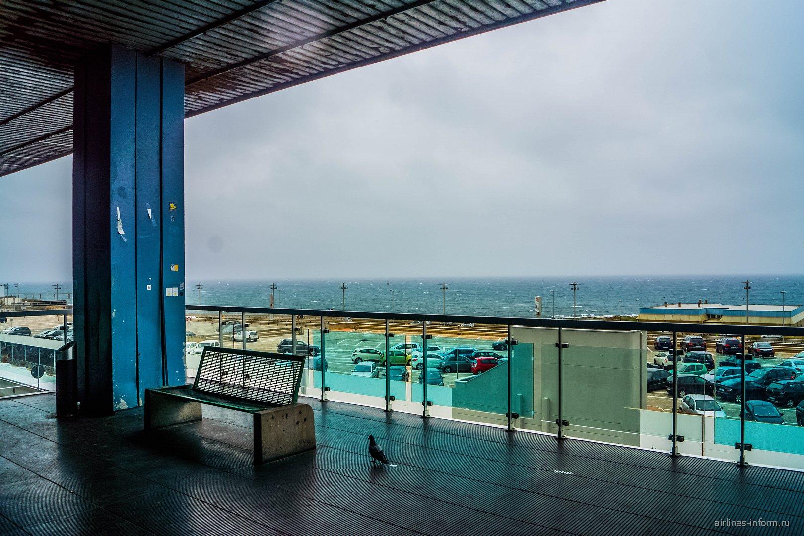 Терраса с видом на море в аэропорту Палермо