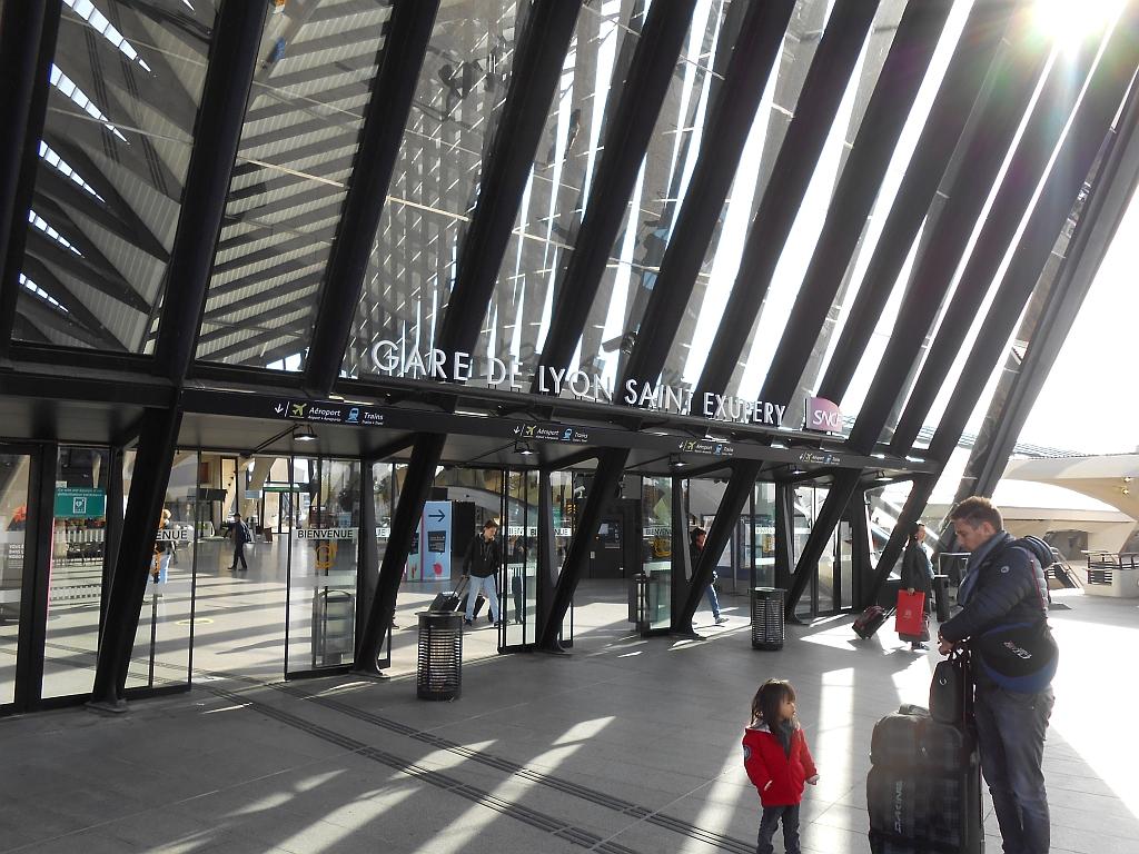 Вход в аэровокзал аэропорта Лион Сент-Экзюпери