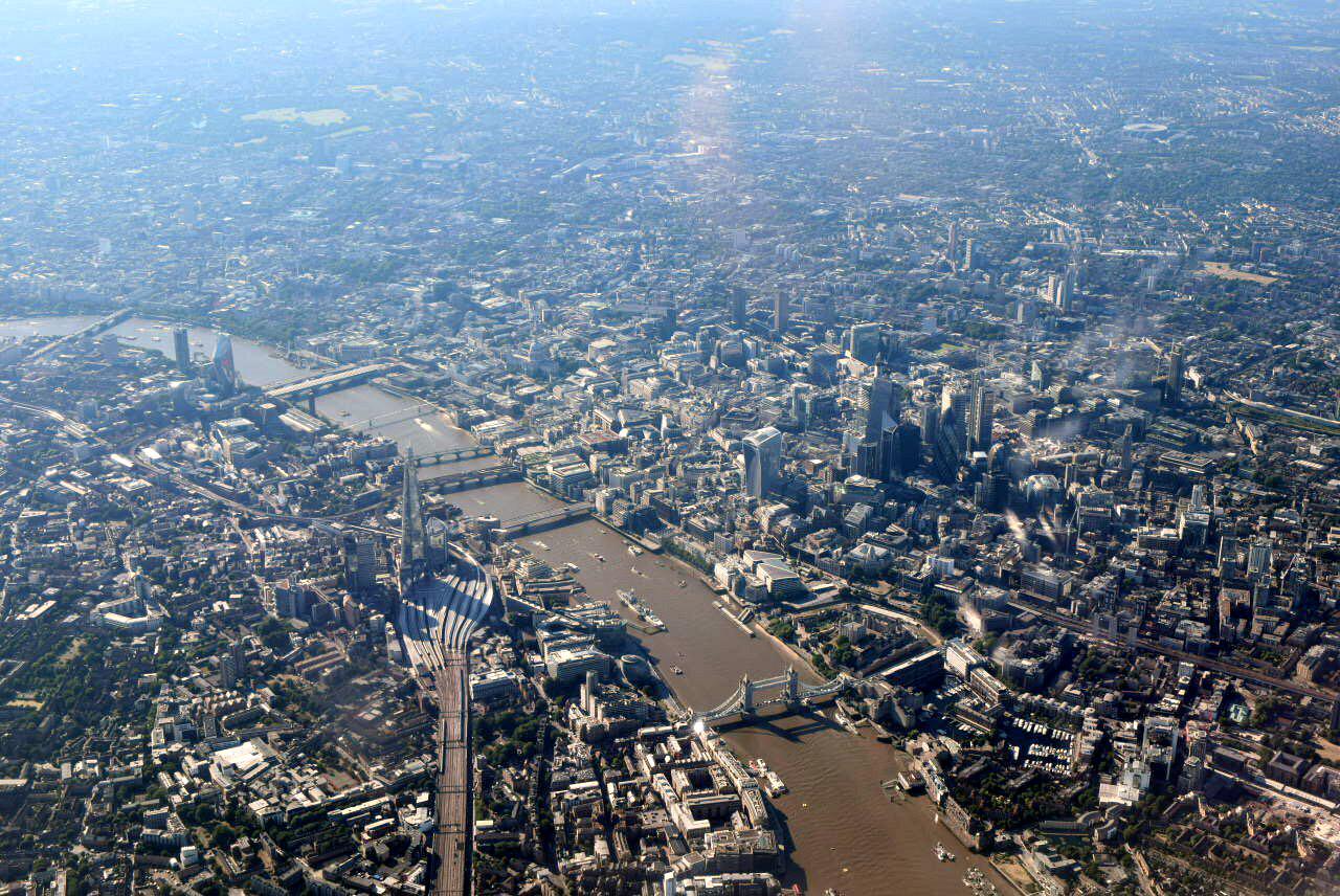 В полете над центром Лондона перед посадкой в аэропорту Хитроу