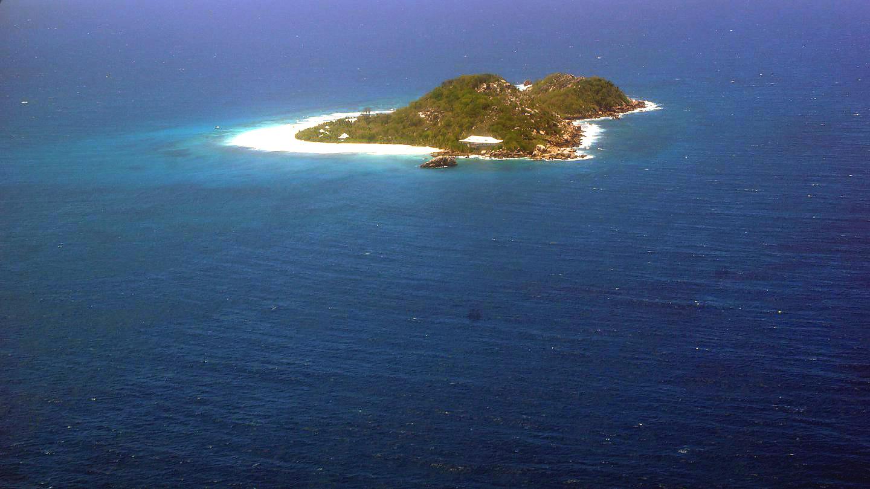 Остров на Сейшеллах по пути рейса Маэ-Праслен