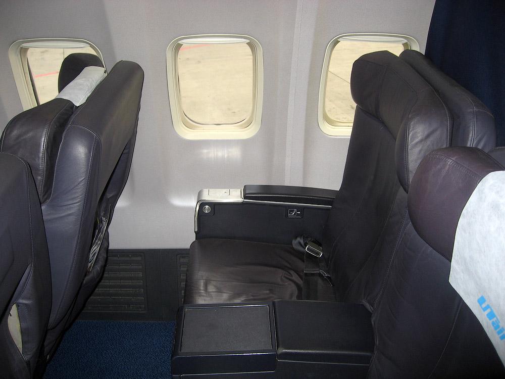 Кресла первого класса Боинга-737-500 VP-BYM авиакомпании ЮТэйр