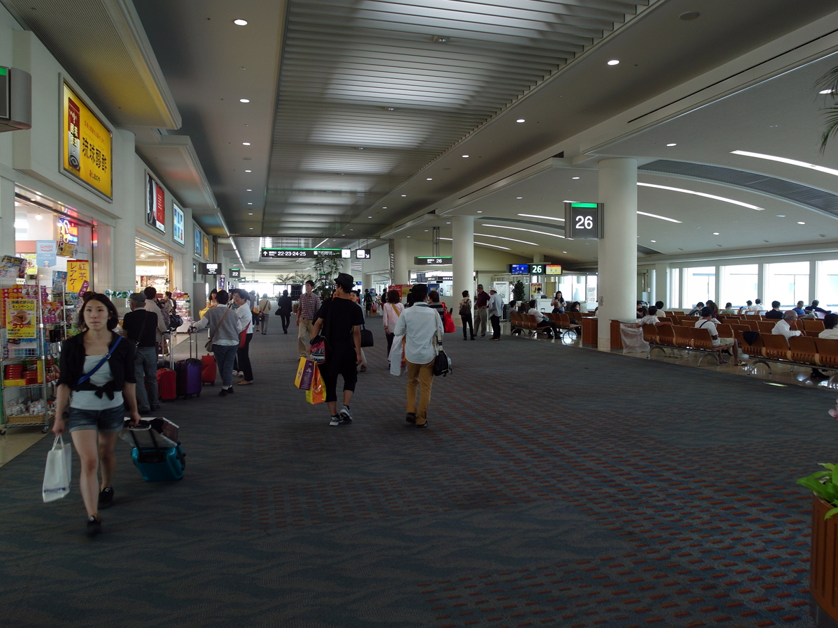 В чистой зоне аэропорта Наха на острове Окинава