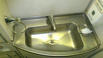 Туалет самолета Ту-204-300 авиакомпании Владивосток Авиа