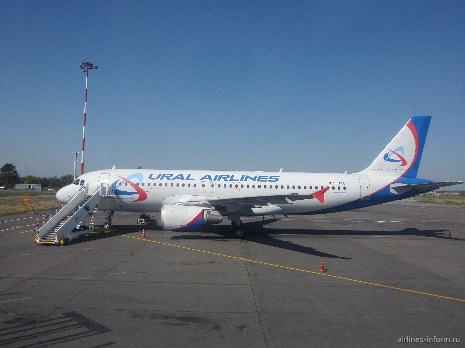 Самолет Airbus A320 VP-BKB Уральских авиалиний в аэропорту Симферополь