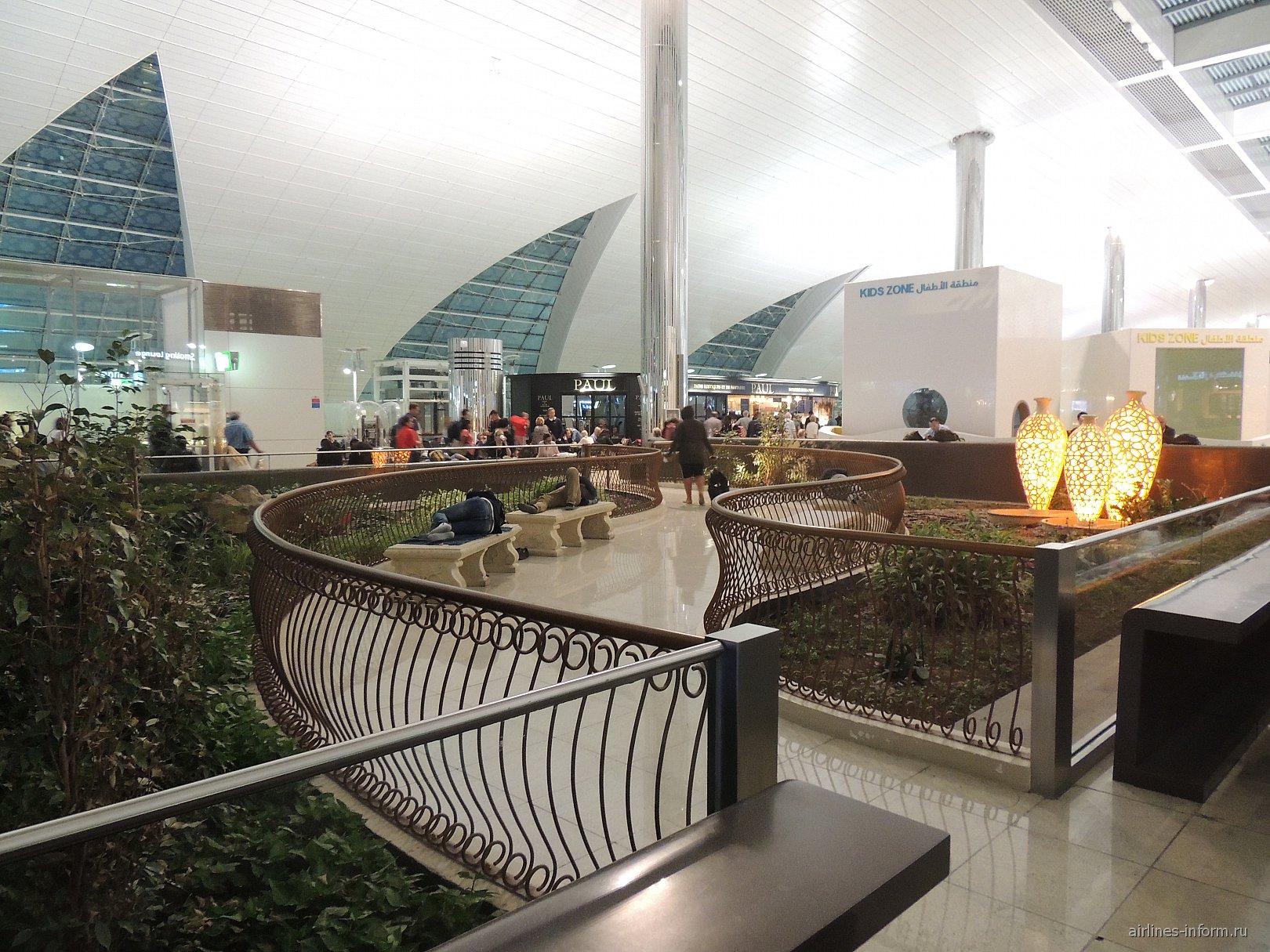 Зона отдыха в конкорсе B терминала 3 аэропорту Дубай