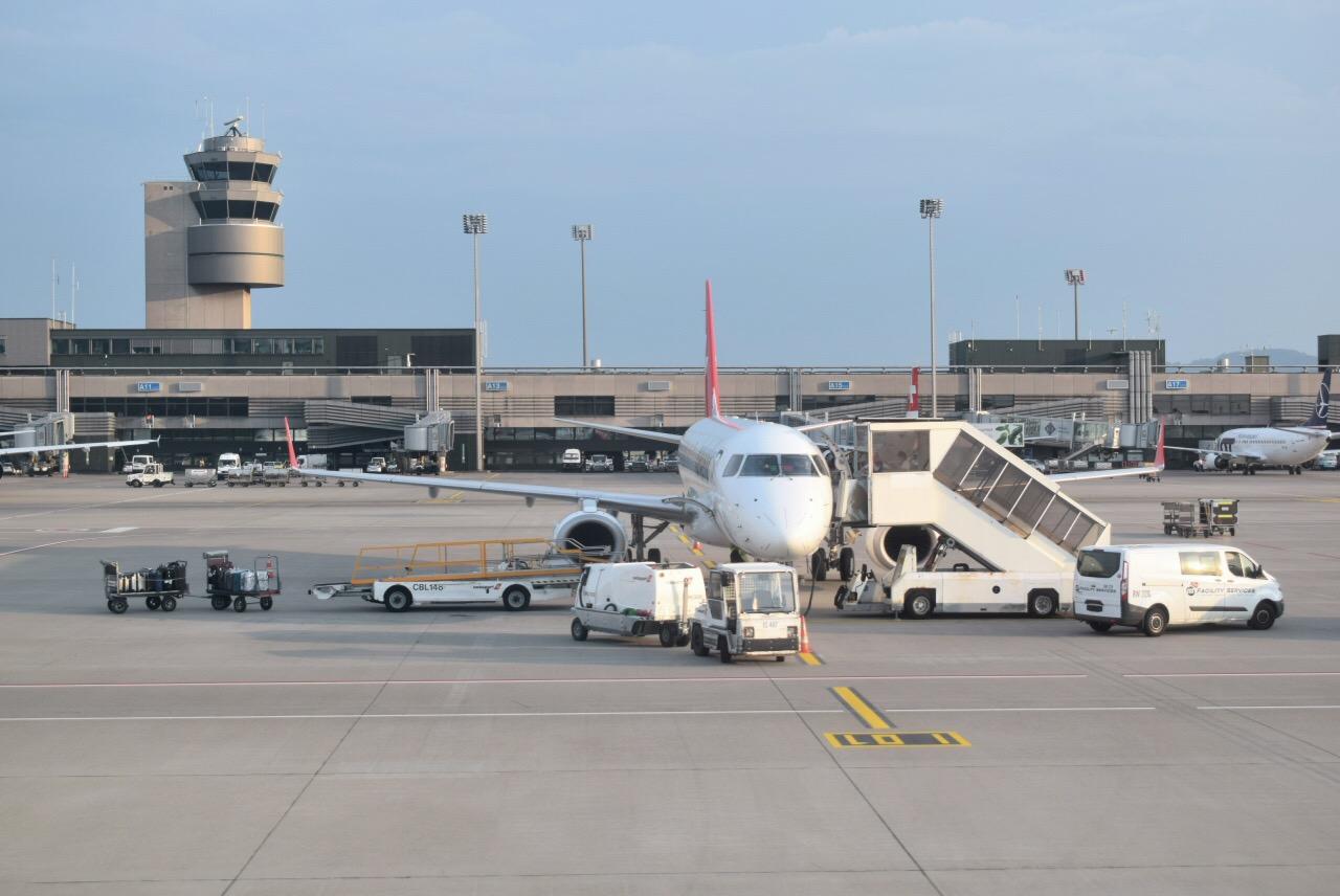 Самолет Embraer 190 на перроне аэропорта Цюрих