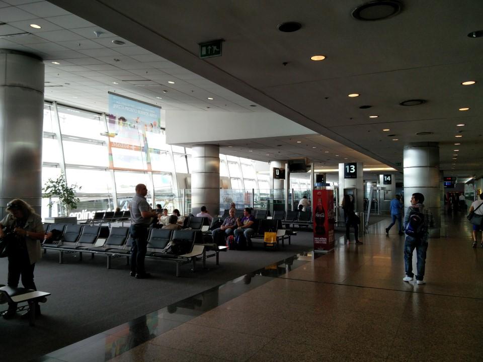 Зал ожидания у выхода на посадку в аэропорту Буэнос-Айрес Хорхе Ньюбери