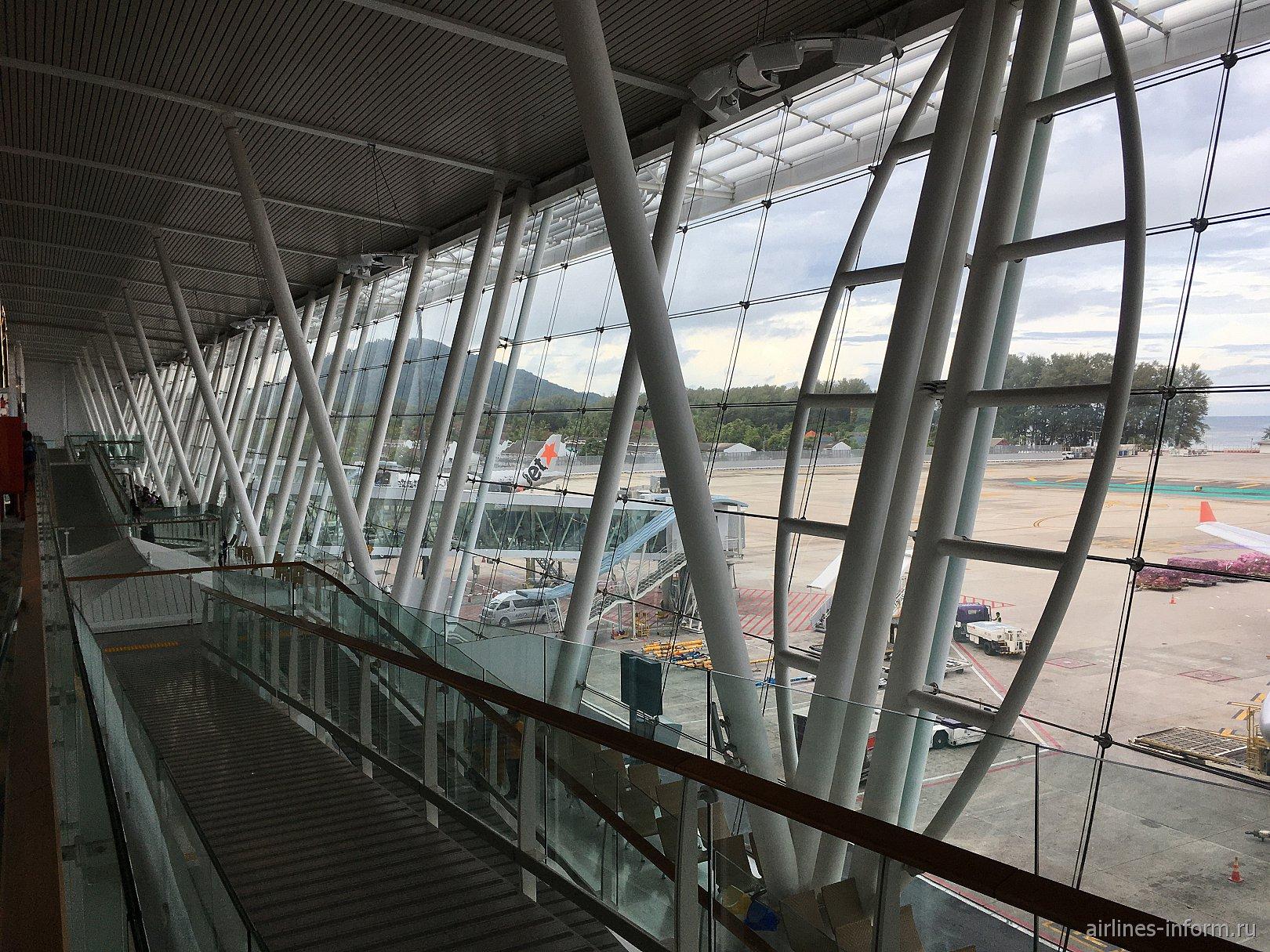 Вид на перрон из окон пассажирского терминала аэропорта Пхукет