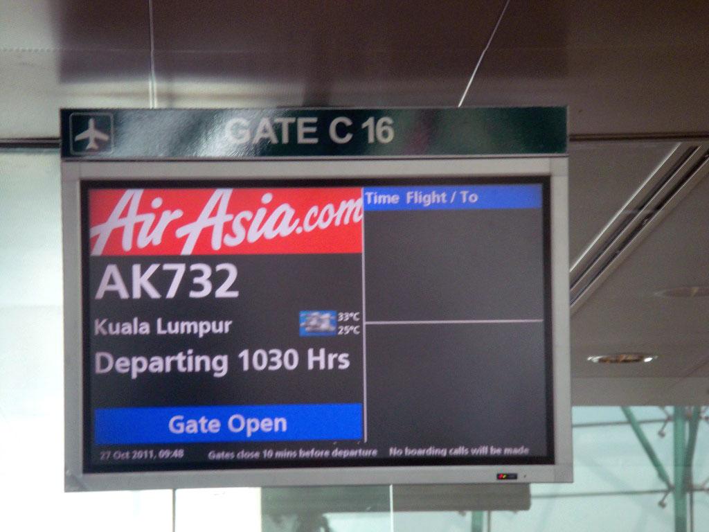 Посадка на рейс Сингапур - Куала-Лумпур авиакомпании Air Asia