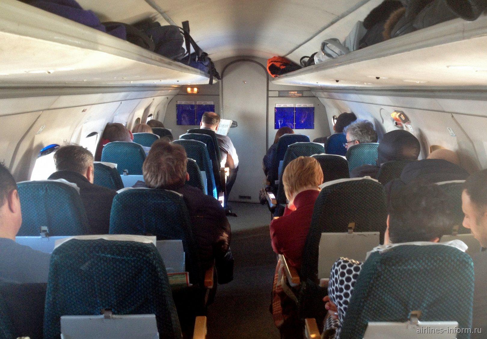 Пассажирский салон самолета Як-40 Вологодского авиапредприятия