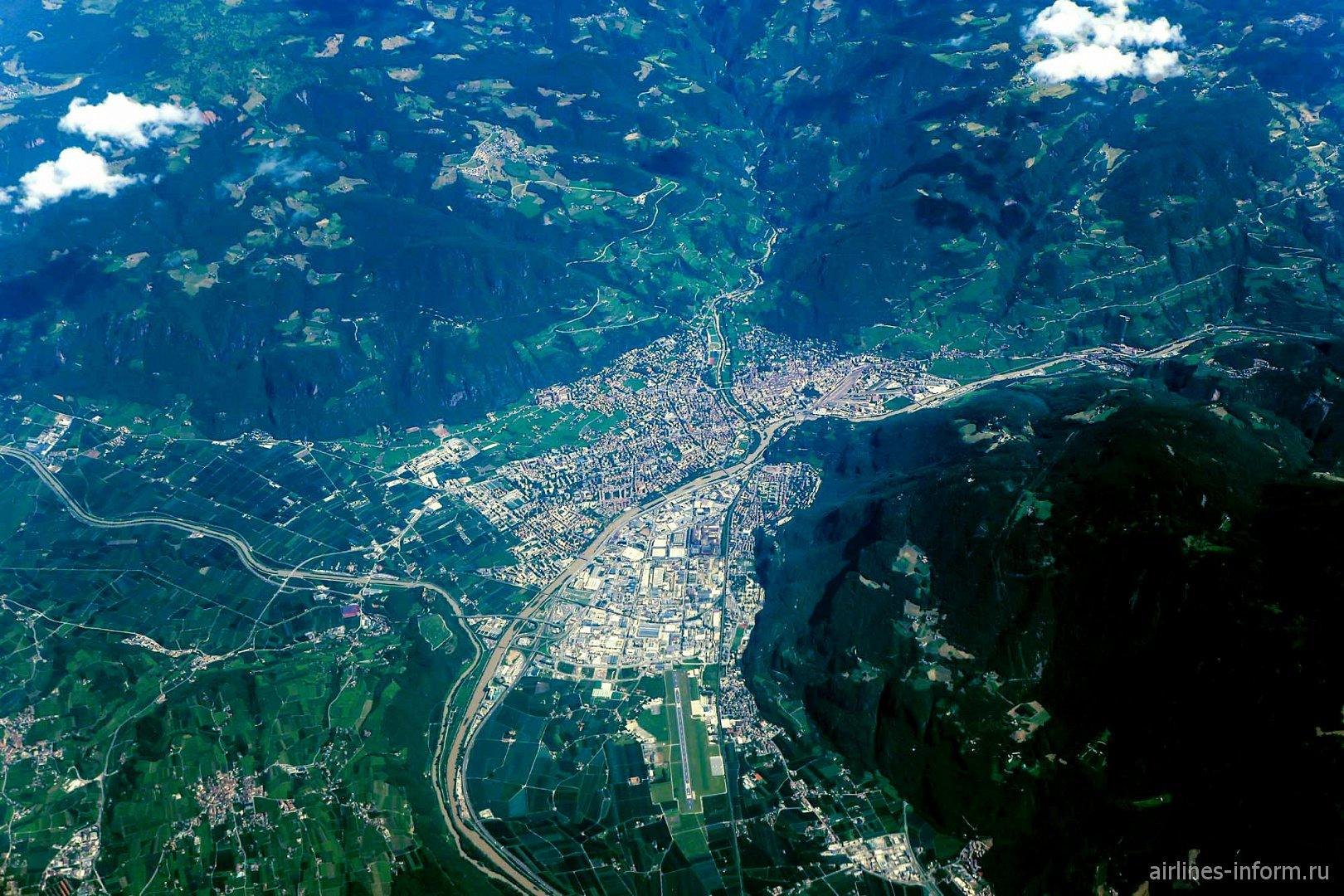 Город Больцано среди Альп на севере Италии