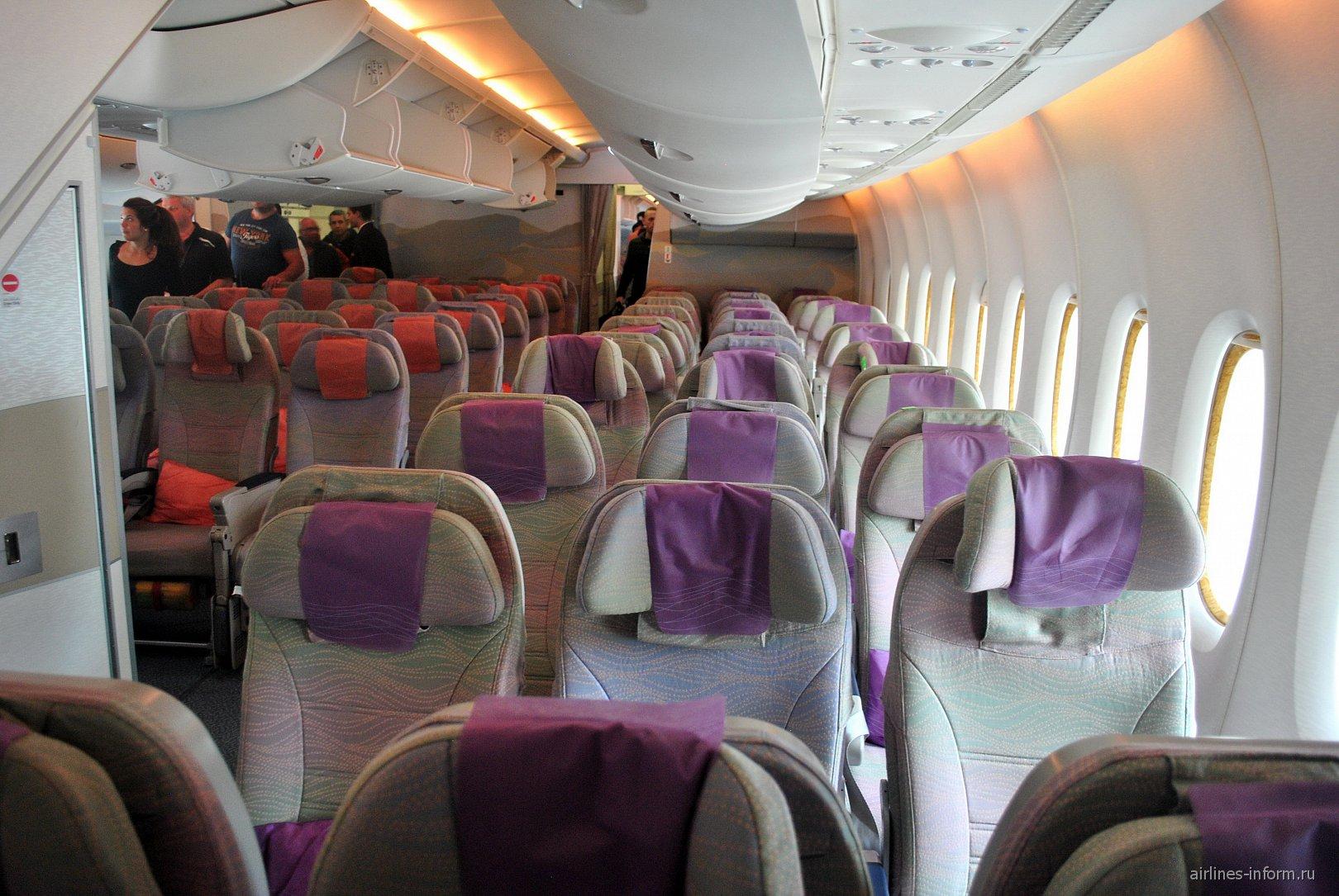 В салоне самолета Airbus A380 авиакомпании Emirates