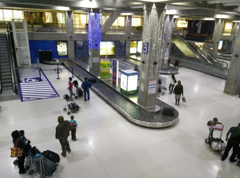 Зал выдачи багажа в аэропорту Пуэнт-а-Питр Резе