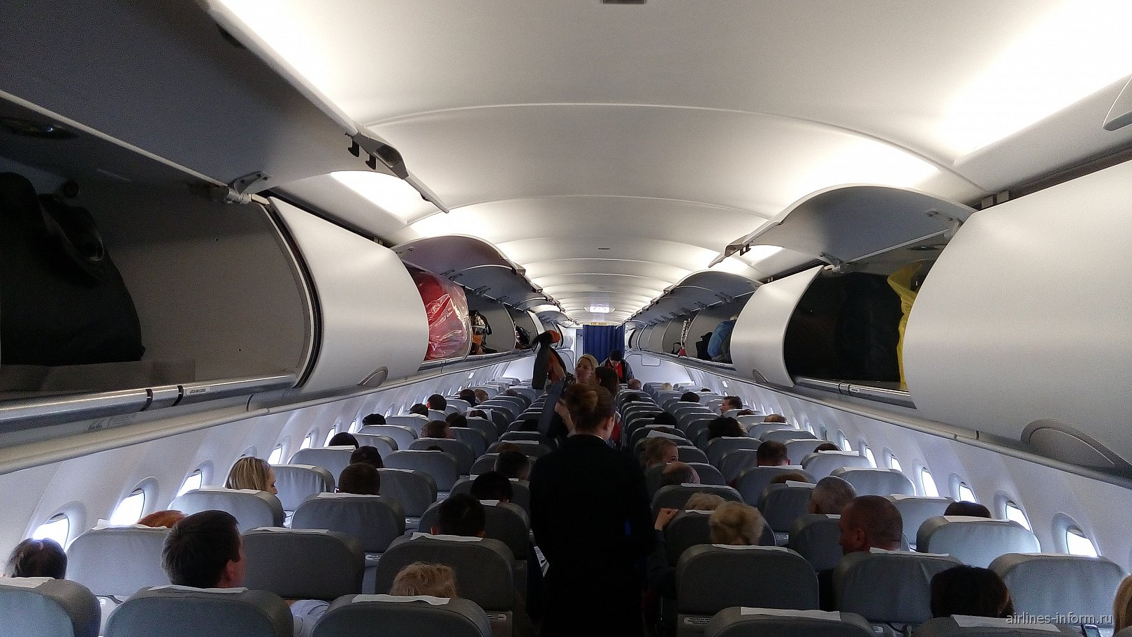 Салон самолета Airbus A319 Уральских авиалиний