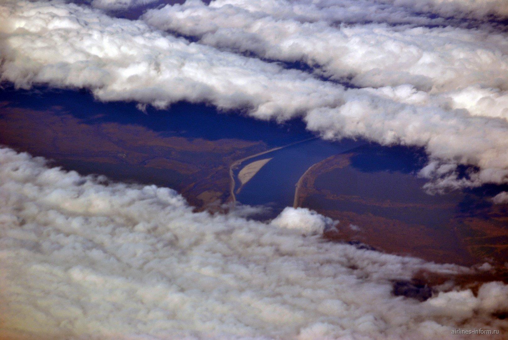 Река Лена в разрыве между облаков