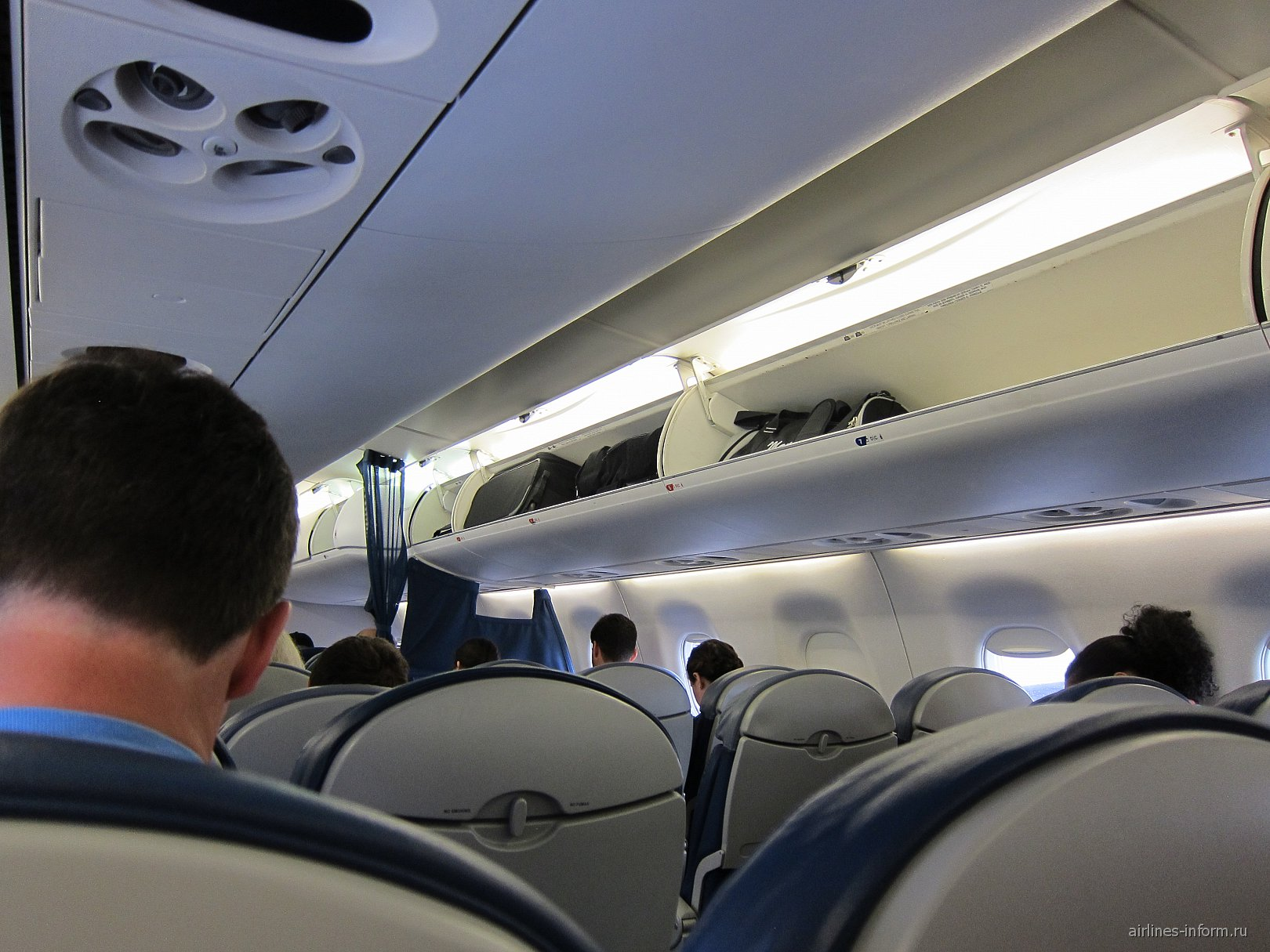 Салон самолета Embraer 175 авиакомпании Delta Air Lines