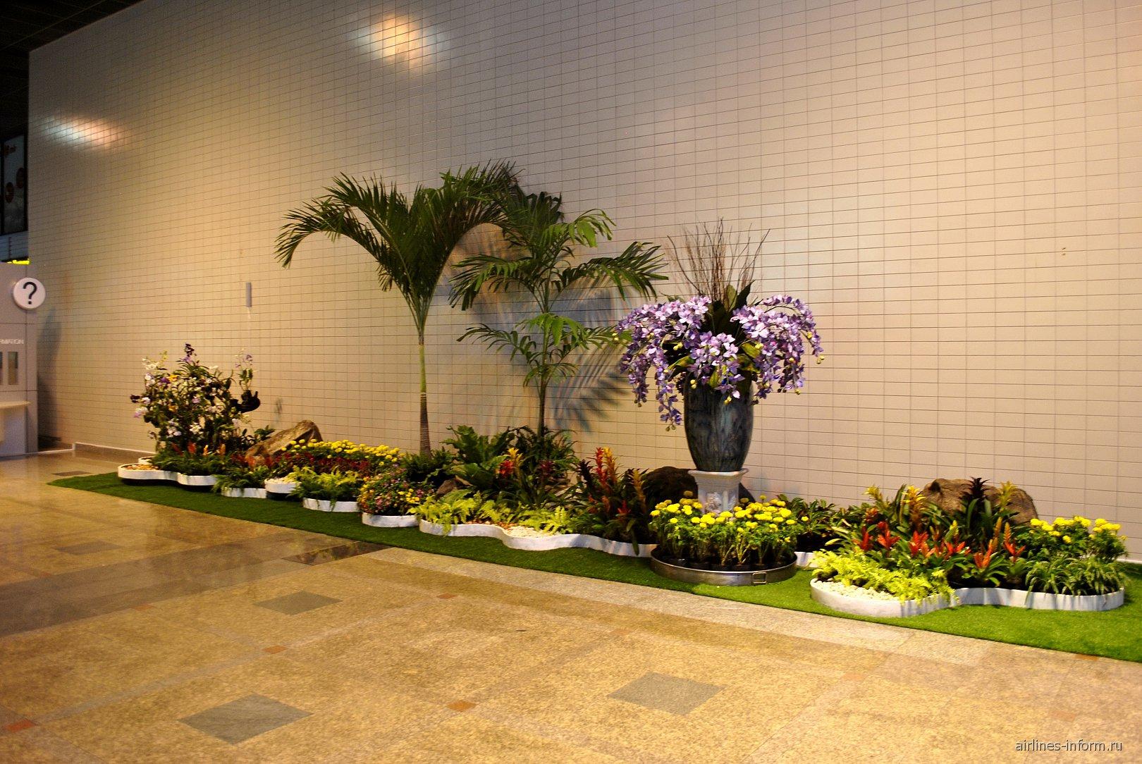 Цветочная инсталляция в аэропорту Бангкок Дон Муанг