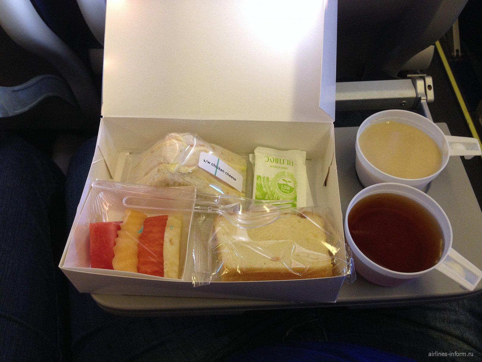 Второе питание (куриный сэндвич) на рейсе Бангкок-Самара авиакомпании ЮТэйр