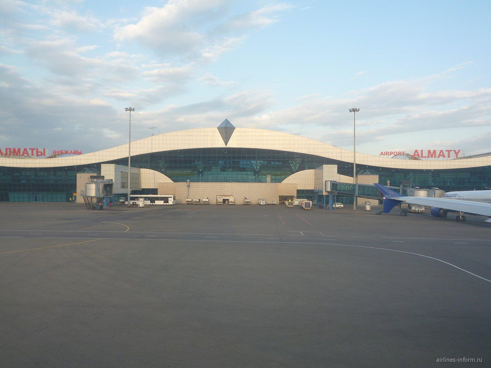 Главный терминал аэропорта Алматы со стороны перрона