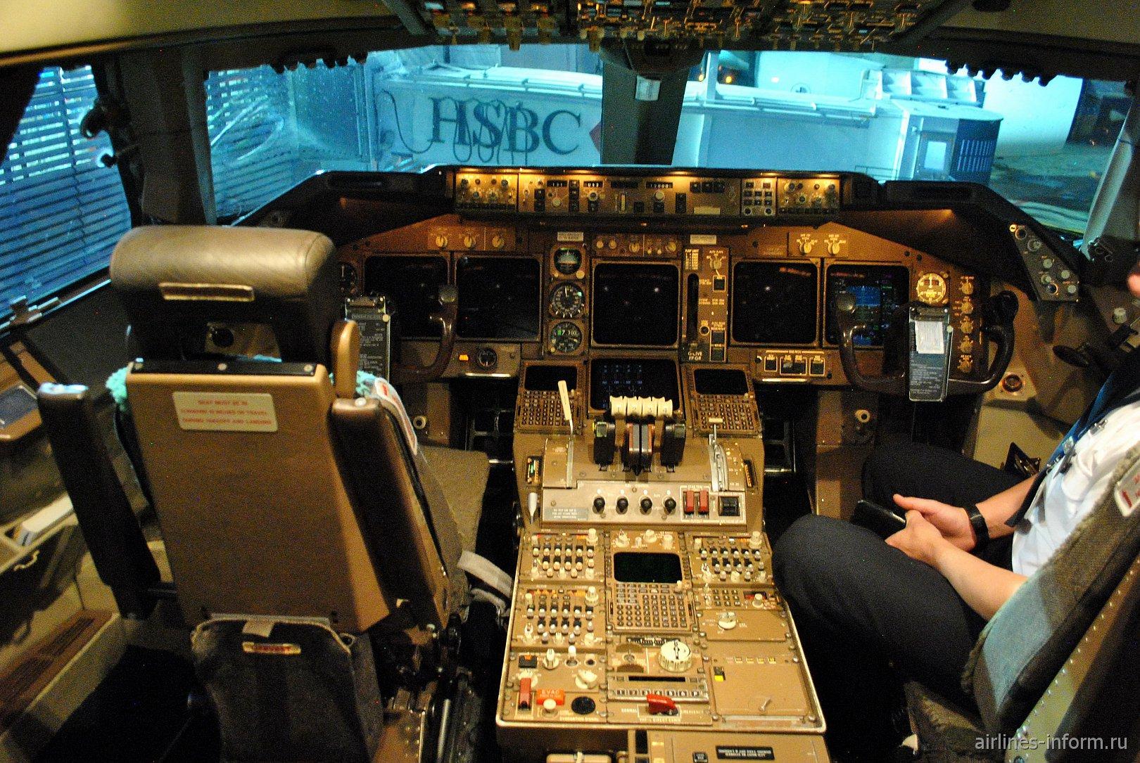 Пилотская кабина в Боинге-747-400 Британских авиалиний
