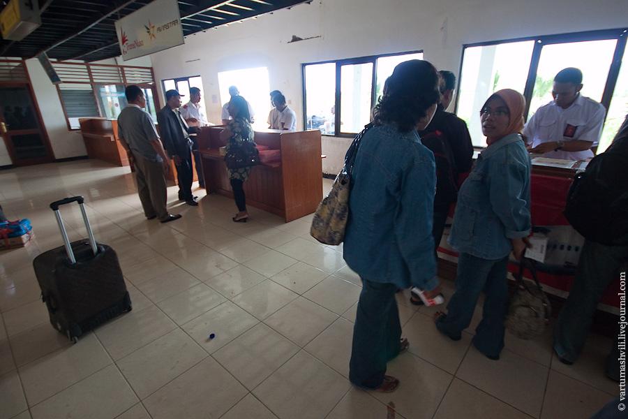 Регистрация на рейс в аэропорту Комодо города Лабуан-Баджо