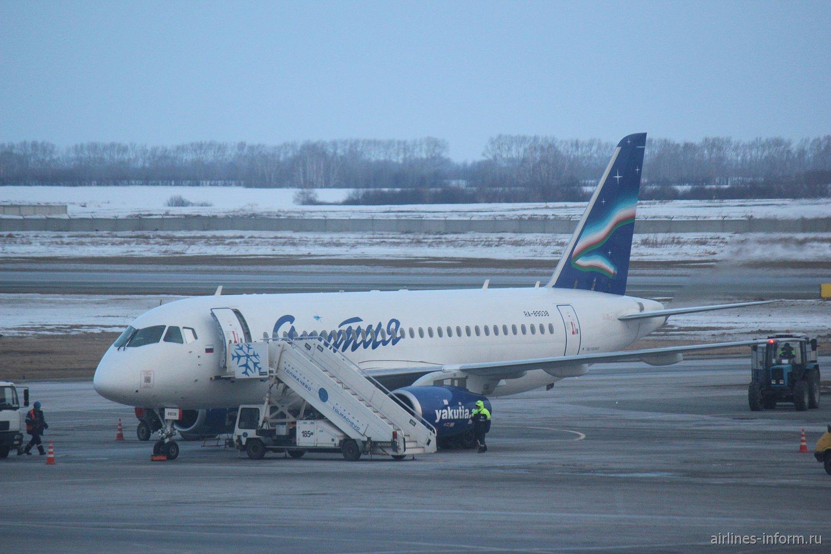 """Суперджет-100 авиакомпании """"Якутия"""" в аэропорту Новосибирск Толмачево"""