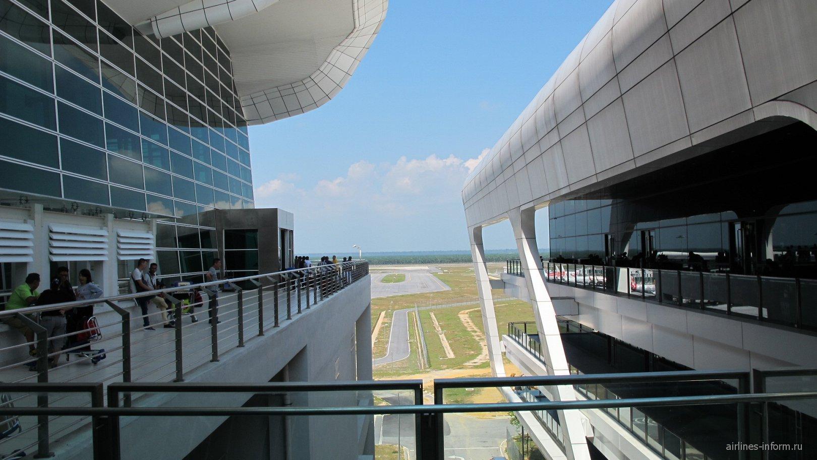 Проход между двумя частями лоукост-терминала KLIA2 аэропорта Куала-Лумпур