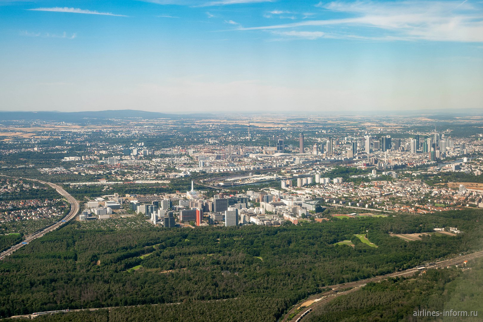 Вид из самолета на город Франкфурт-на-Майне и окрестности