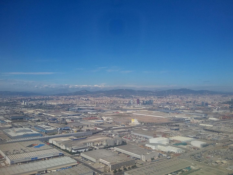 Вид на промышленную зону Барселоны перед посадкой