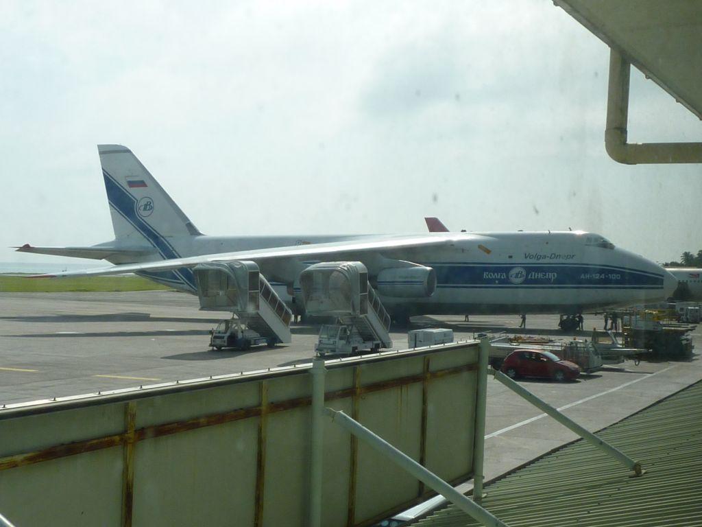 Ан-124 Руслан в аэропорту Маэ на Сейшелах