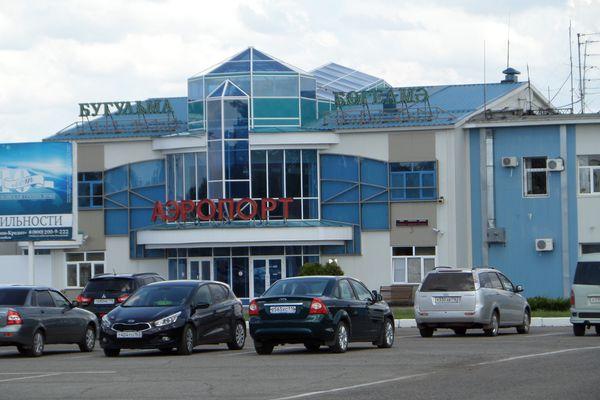 Аэропорт Бугульма - парковка перед аэровокзалом